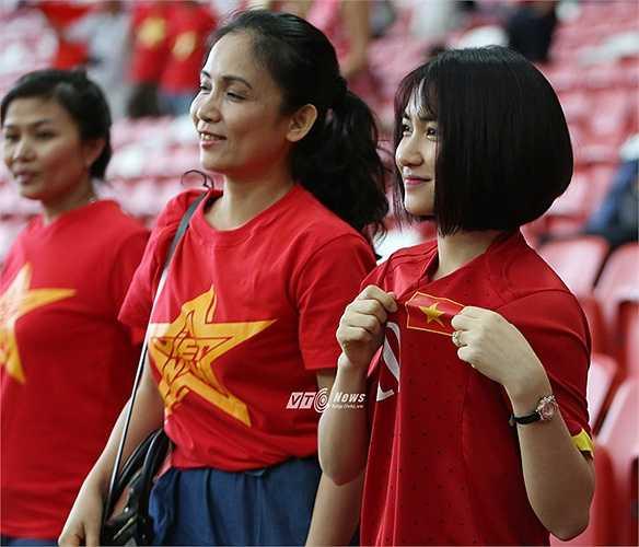 Hòa Minzy thể hiện niềm tự hào với màu áo Việt Nam.(Ảnh: Phạm Thành)