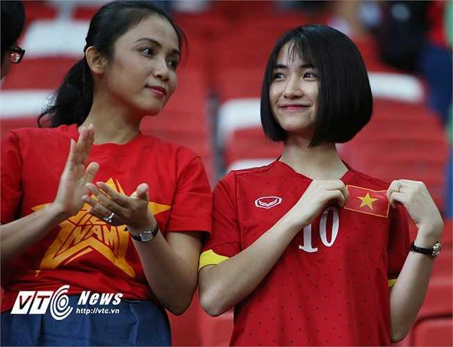 Phải đến trận tranh hạng 3 mới thấy Hòa Minzy đến sân cổ vũ cho Công Phượng.(Ảnh: Phạm Thành)
