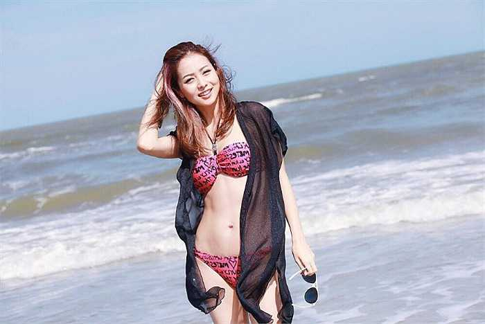 Bà mẹ hai con Jennifer Phạm khoe vóc dáng nuột nà bên bãi biển.