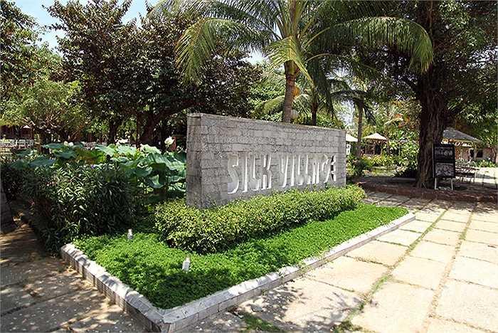 Trong không gian làng quê, Làng Lụa Hội An được bài trí, sắp đặt như Bảo tàng sống về các giống dâu, tằm, công cụ cùng cách thức dệt thủ công của Champa và người Việt xưa.