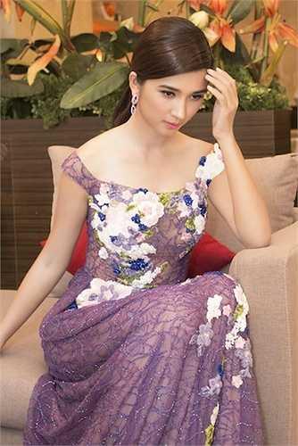 Nữ diễn viên đẹp quyến rũ và kiêu sa trong chiếc đầm được kết đính pha lê và cườm cả 10 ngày mới hoàn thiện.