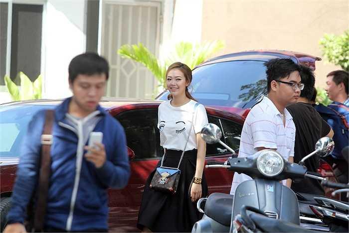 Để hướng dẫn các thí sinh, Minh Hằng tự lái chiếc 'xế yêu' có giá 6 tỷ trường từ sáng sớm đến trường quay.