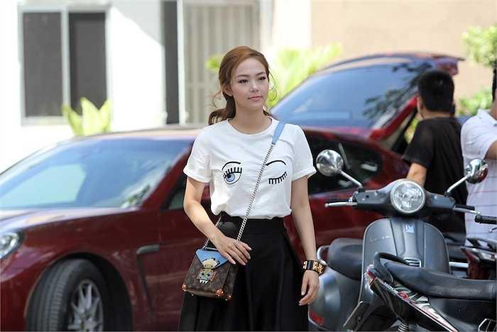 Nữ giám khảo vô cùng nổi bật trong chiếc áo thun trắng đơn giản nhưng cực style với điểm nhấn là hình đôi mắt dễ thương, kết hợp cùng váy xòe ngắn.