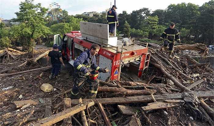 Các nhân viên cứu hộ dọn dẹp thành phố