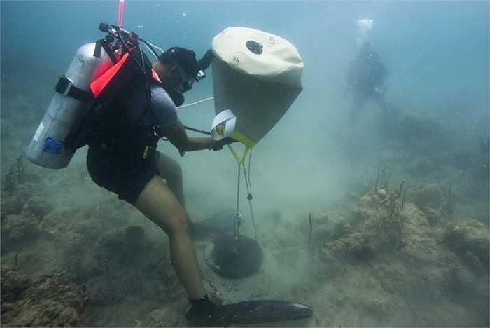 Các học viên luyện tập khả năng nâng vật từ đáy biển