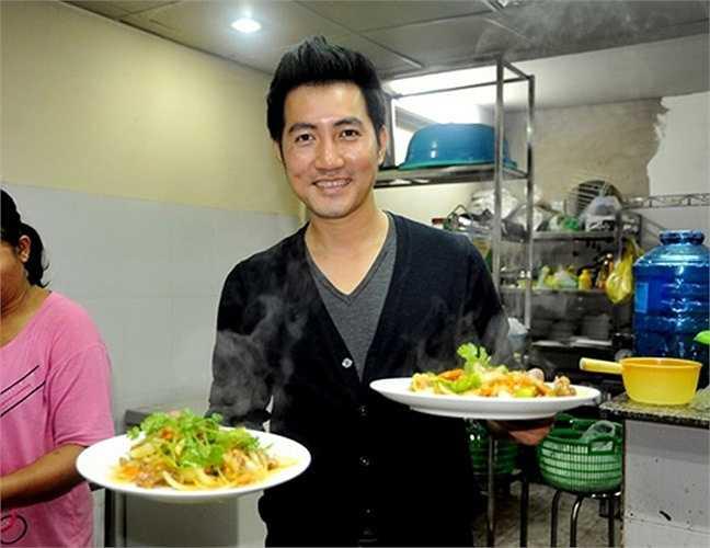 Mặc dù sau một năm kinh doanh khá thành công, Phi Hùng tạm ngưng kinh doanh nhà hàng để giải quyết vấn đề liên quan đến thuê mặt bằng quán. Nhờ ăn nên làm ra, nam ca sĩ liên tiếp khai trương nhà hàng. Hiện tại, Phi Hùng là chủ của nhiều cửa hàng, nhà hàng ăn uống tại TP HCM.