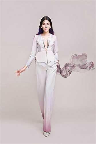 Phong cách thời trang ấn tượng của Hoàng Thùy.
