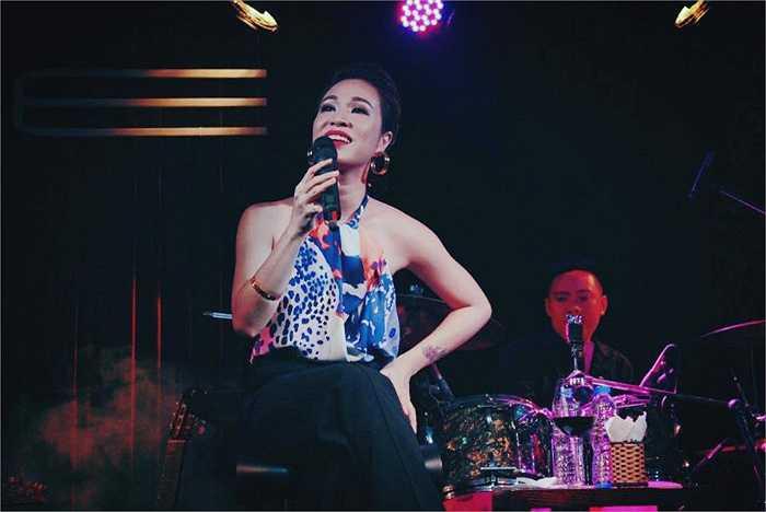 Uyên Linh và những shoot hình đẹp trên sân khấu.