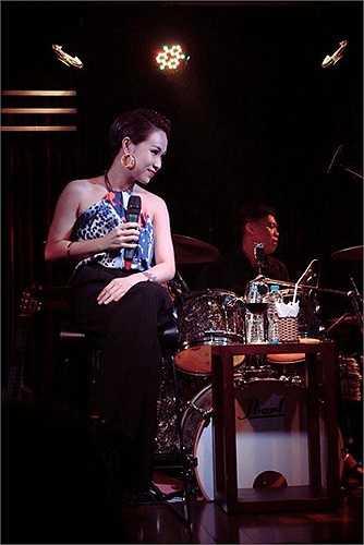 Nữ ca sỹ 'Cám ơn tình yêu' say đắm trong âm nhạc.
