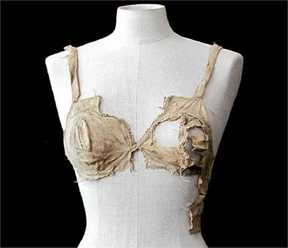 Áo lót cổ nhất thế giới có tuổi thọ 500 tuổi. Hiện vật này được người xưa sử dụng vào khoảng giữa những năm 1390 tới 1485 tại Áo. Theo các nhà nghiên cứu, vào thời xưa những chiếc áo lót như thế này được giới thiệu những 'túi ngực' nhưng chúng chưa bao giờ xuất hiện trước công chúng.