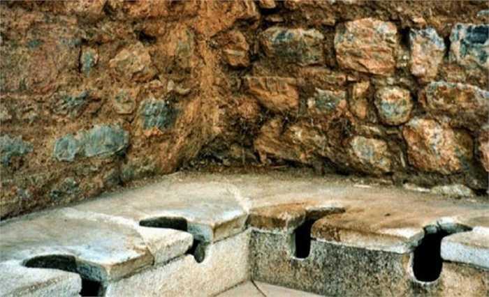 Nhà vệ sinh xả nước lâu đời nhất có niên đại 2.000 năm tuổi được tìm thấy ở thành phố cổ đại Ephesus ở Thổ Nhĩ Kỳ. Nhà vệ sinh này có nước chảy bên dưới vào một con sông ở gần đó.