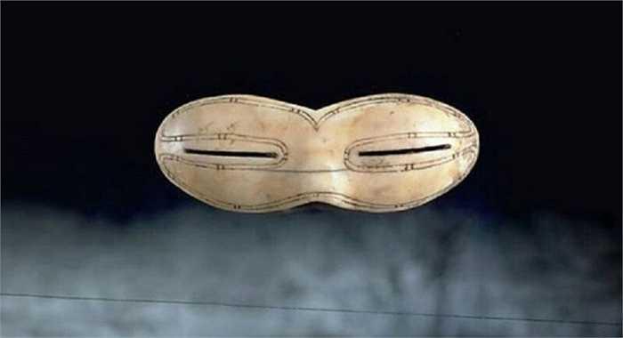Kính râm lâu đời nhất thế giới được phát hiện ở đảo Baffin, Canada. Với niên đại khoảng 800 năm tuổi, đây là cặp kính trượt tuyết được thiết kế để giảm độ chói của mặt trời phản chiếu xuống tuyết.