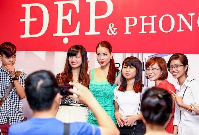 Kết thúc buổi giao lưu, Trương Ngọc Ánh vui vẻ ở lại chụp hình kỉ niệm và trò chuyện với khán giả ở thủ đô.
