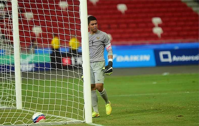 Thủ môn U23 Indonesia tỏ ra thất vọng cùng cực sau 3 bàn thua khi hiệp 1 còn chưa kết thúc