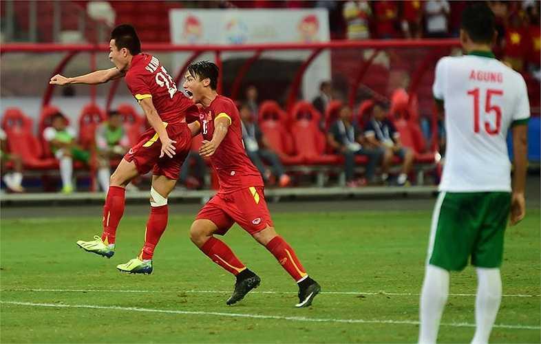 Huy Toàn ăn mừng bàn thắng thứ 3 của trận đấu, và là bàn thắng thứ 5 của anh ở giải đấu này