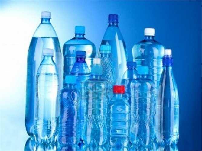 Chất BPA được sử dụng trong chai nước bằng nhựa được chứng minh là gây ra những biến chứng đối với phụ nữ mang thai và thai nhi. BPA bắt chước vài trò của estrogen gây bất thường về nhiễm sắc thể, dẫn đến khuyết tật bẩm sinh.