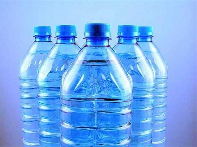 Việc tiếp xúc với các hóa chất trong chai nhựa gây ảnh hưởng tới các hormone sẽ dẫn đến dậy thì sớm. Điều này cũng sẽ làm tăng nguy cơ ung thư tuyến tiền liệt hoặc ung thư vú nếu sử dụng thường xuyên.