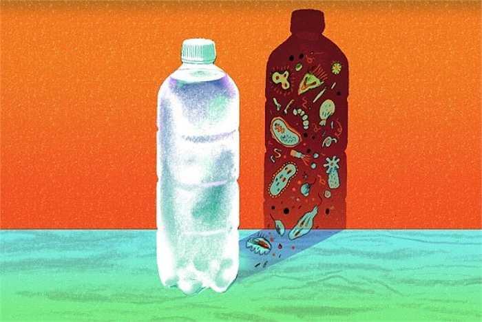Thực tế cho thấy, nước đóng chai không hoàn toàn đảm bảo vệ sinh. Vi khuẩn có thể xâm nhập nếu quy trình tiệt trùng và đóng chai không theo quy chuẩn.