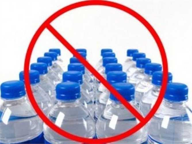 Các chuyên gia khuyên bạn nên tránh sử dụng chai nhựa để lưu trữ nước ấm. Nhiệt độ cao có thể xúc tác cho phản ứng hóa học giữa nước và các thành phần của vỏ chai, tạo ra các hợp chất gây ung thư.