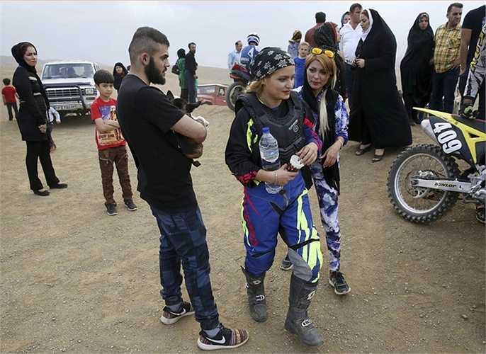 Shafiei được những người bạn ủng hộ, hỗ trợ trong cuộc thi