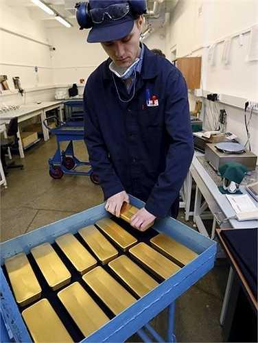 Một công nhân tại nhà máy Krastsvetmet chuẩn bị cân các thỏi vàng trước khi chuyển chúng đến bộ phận chạm khắc đầu tháng 6/2015. Cơ sở nhà máy đặt tại thành phố Krasnoyarsk ở vùng Siberia thuộc Nga.