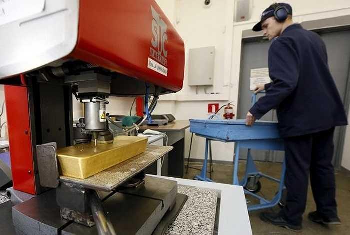 Cỗ máy dùng để chạm khắc thông tin lên những thỏi vàng tại nhà máy. Krastsvetmet bắt đầu tinh chế kim loại quý từ năm 1943, sau đó mở rộng sản xuất năm 1945.
