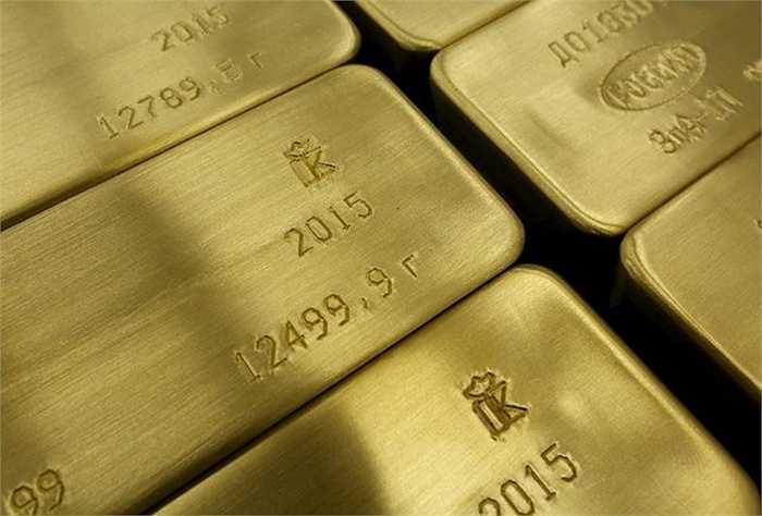 Những thỏi vàng '4 số 9' cùng thông tin về ngày hoàn thành sản phẩm được khắc trên bề mặt.