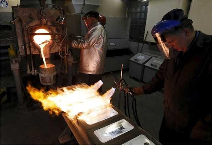 Công nhân xử lý những thỏi bạc có độ tinh khiết 99,99% tại nhà máy Krastsvetmet. Ngoài vàng, cơ sở này còn tinh luyện những kim loại quý như bạc và platinum.