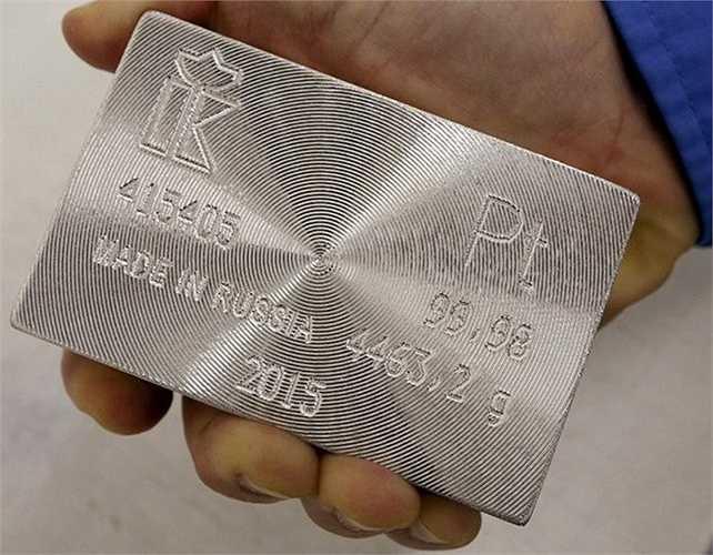 Một thỏi bạch kim 99,98% sản xuất trong năm 2015 tại nhà máy Krastsvetmet.