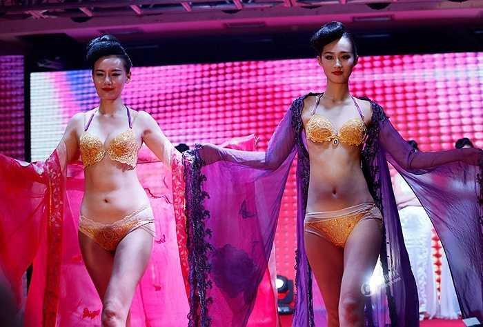 Một cửa hàng vàng ở Trịnh Châu (Trung Quốc) đã chi số tiền không nhỏ để làm ra những bộ Bikini bằng vàng ròng nhân dịp kỷ niệm 120 năm thành lập