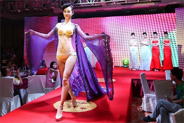 Các người mẫu tự tin trình diễn với bikini vàng ròng trong buổi kỷ niệm trước công chúng