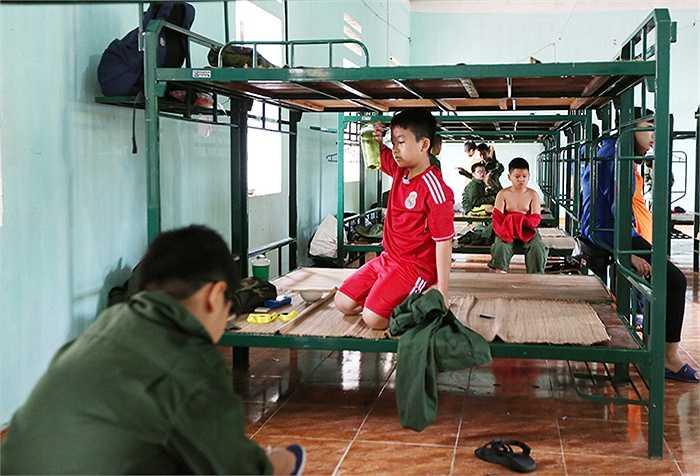 5h sáng, tại Trung đoàn 36, sư đoàn 308 Lương Sơn (tỉnh Hoà Bình), các chiến sĩ nhí thức dậy theo hiệu lệnh, tự vệ sinh cá nhân,  gấp chăn màn của mình.