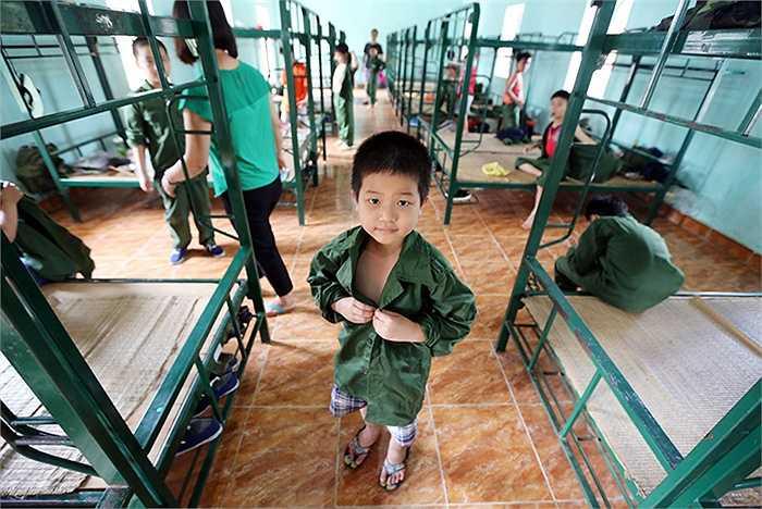 'Em là chiến sỹ 2015' là chương trình học kỳ trong quân đội năm  dành cho 500 thiếu nhi trong độ tuổi từ 7-15 tuổi ở 3 miền Bắc- Trung- Nam do Viettel tổ chức cho người thân của khách hàng thân thiết