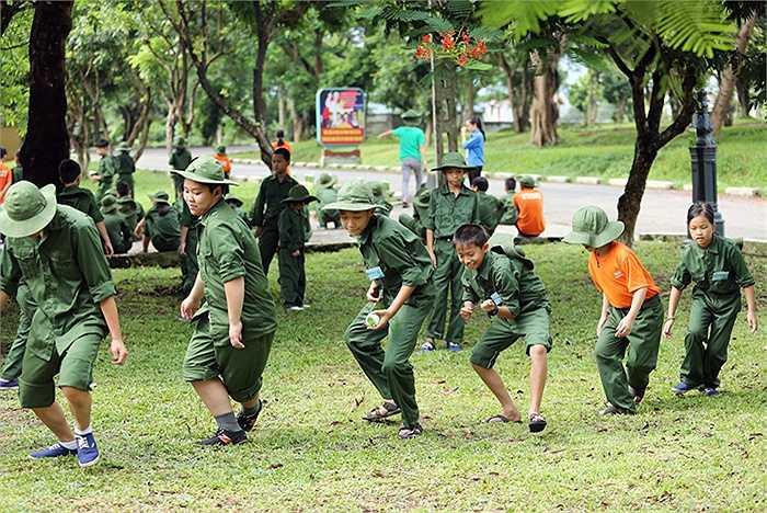 Giờ học những tư thế vận động chiến trường, các chiến sĩ nhí đều cố gắng theo cách riêng
