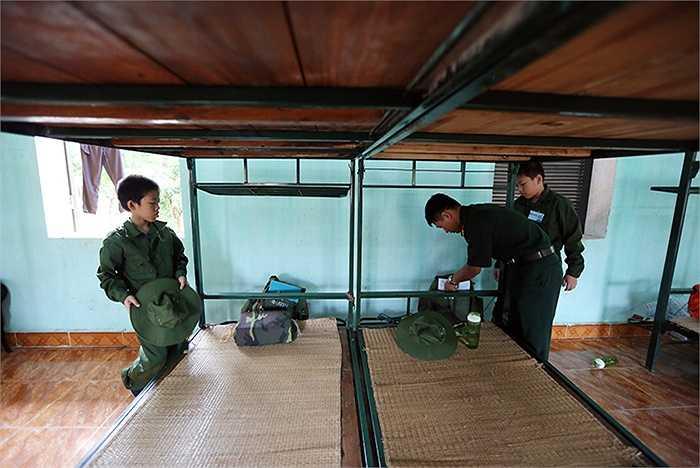 Chiến sĩ nhí được các chú bộ đội chỉ cách sắp xếp quân tư trang