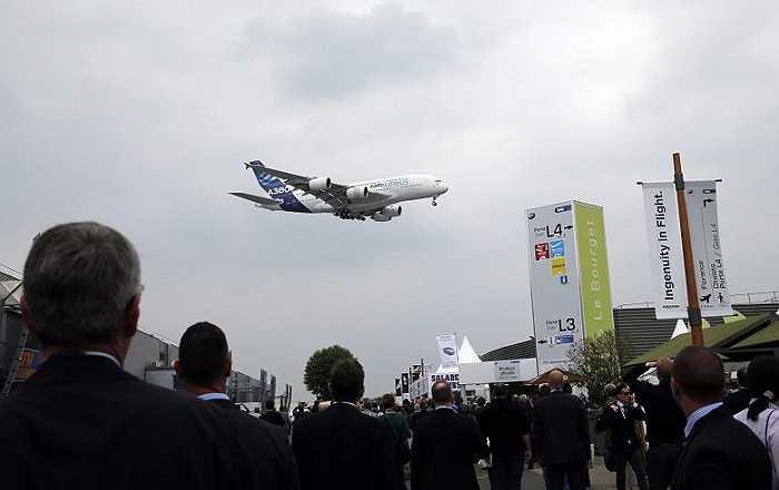 Du khách chăm chú theo dõi màn trình diễn của chiếc Airbus 380 tại triển lãm hàng không Paris