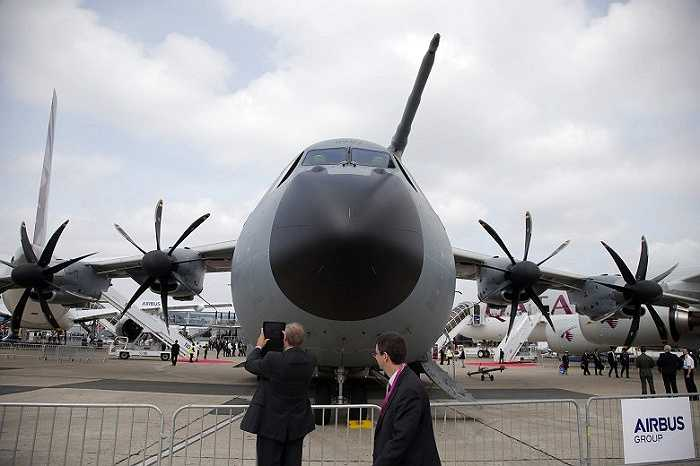 Ngoài máy bay dân sự còn có sự góp mặt của nhiều phi cơ quân sự