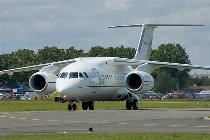 Chiếc máy bay phản lực chở khách mới có sức chứa 75 chỗ ngồi với đuôi số P-572. Thân nó có màu trắng và một tầng dưới màu xám.