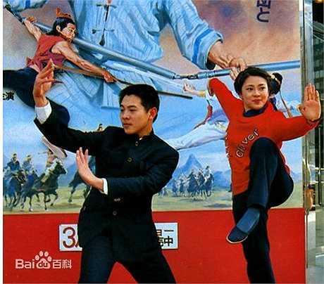 Hoàng Thu Yến và Lý Liên Kiệt từng là đồng môn sư tỉ tại Trường thể thao Shichahai Bắc Kinh. Hai người quen và yêu nhau dù Lý Liên Kiệt kém bạn gái 2 tuổi.Năm 1984, Hoàng Thu Yến cùng Lý Liên Kiệt góp mặt trong bộ phim Thiếu Lâm Tiểu Tử. 2 năm sau, cặp đôi tiếp tục hợp tác trong bộ phim Nam Bắc Thiếu Lâm.