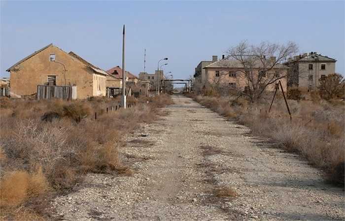Đảo Vozrozhdeniya. Nằm lơ lửng giữa Uzbekistan và Kazakhstan, hòn đảo này được mệnh danh là quả bom nổ chậm ở giữa châu Á khi nó từng là phòng thí nghiệm khổng lồ của quân đội Xô-viết và quân đội đã làm đất nhiễm khuẩn bệnh than để che đậy những tàn tích của mình