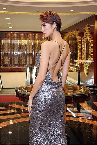 Người đẹp diện váy sequin lấp lánh được thiết kế kín đáo ở phần thân trước nhưng lại sexy ở phía sau giúp cô khoe lưng trần gợi cảm.