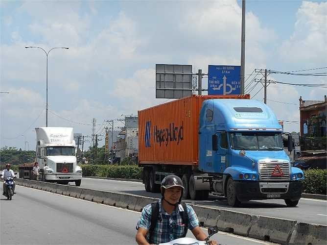 Xe đầu kéo container đang đổ dốc cầu vượt Linh Xuân (quận Thủ Đức) - nơi xảy ra vụ TNGT khiến 5 người thiệt mạng ngày 31/5.