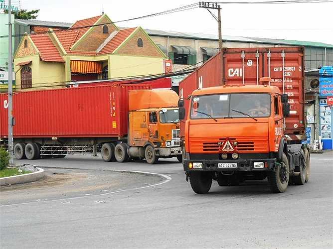 Container chạy nhanh ôm cua gắt nguy cơ lật xe, rớt thùng là điều dễ xảy ra tại cầu vượt Sóng Thần (Dĩ An, Bình Dương).
