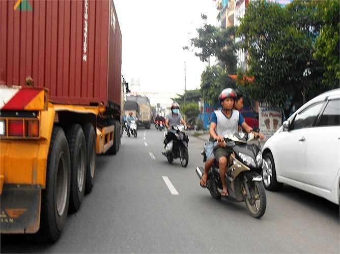 Không ít người điều khiển phương tiện đùa giỡn với 'tử thần' khi chạy ngược chiều, cắt mặt xe container.