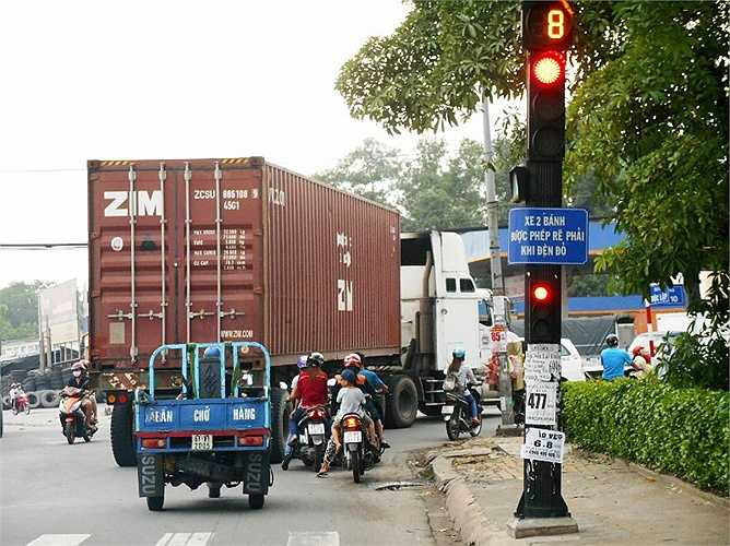 Container gây kẹt xe tại giao lộ.