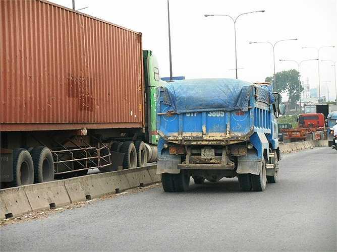 Container ùn tắc, kẹt xe kéo dài trên cầu khiến xe tải chạy sang làn đường cho xe máy. Thực hiện: Phan Cường
