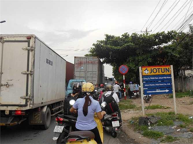 Kẹt xe, ùn tắc kéo dài hàng cây số do lượng xe container, xe tải ô tô ra vào các khu công nghiệp rất đông.