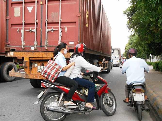 Trong những vụ tai nạn giao thông va chạm xe container có phần lỗi không nhỏ từ người đi xe máy.