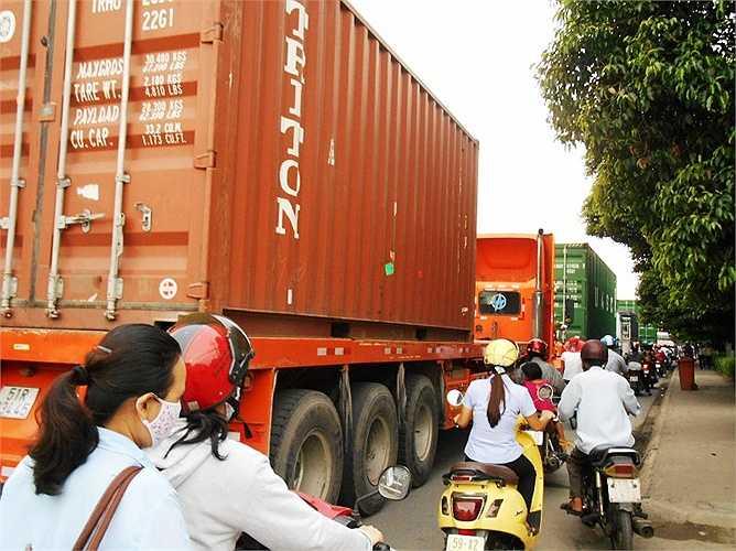 Nguy cơ tai nạn giao thông luôn rình rập khi người điều khiển phương tiện chen chúc cùng xe đầu kéo container.