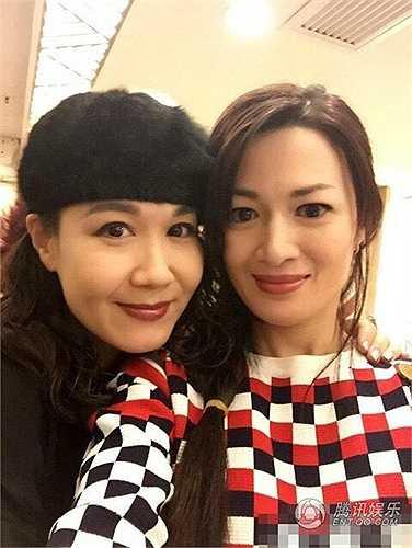 Năm 2000, Trần Thiếu Hà (phải) nên duyên vợ chồng với một doanh nhân người Hoa gốc Australia và chính thức nói lời từ biệt với nghiệp diễn xuất, lui về với thiên chức làm vợ và mẹ của hai cô con gái.